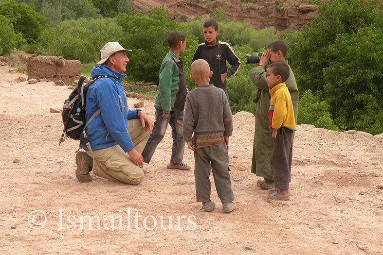 Marokko fotoreis cursus op weg naar natuurgebied. Cursisten met marokkanen, kinderen.