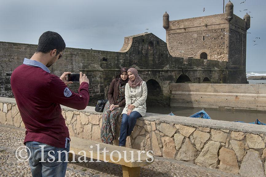 Marokko, Essaouira 20150304. Jongen fotografeert met een mobieltje twee meisjes Fotoreis door marokko. Foto ; Sabine Joosten