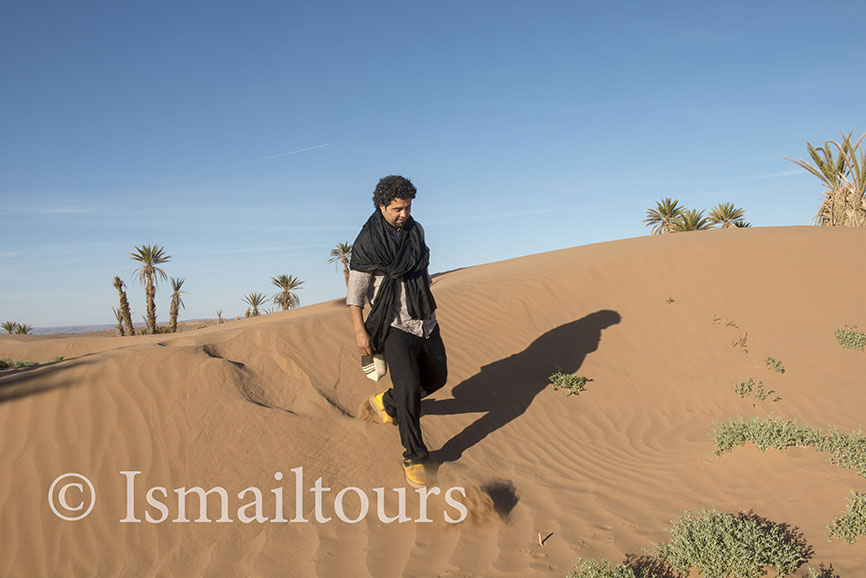 marokko,, Mhamid, 20150313. Marokkaanse gids Ismail fotografeert tijdens een fotoreis door de woestijn. Woestijn landschap Foto ; Sabine Joosten