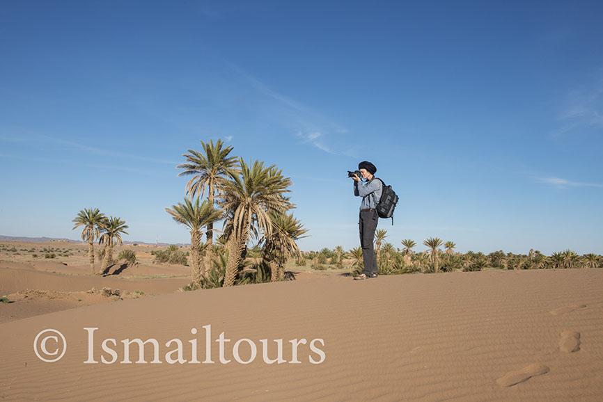 marokko,, Mhamid, 20150313. Woestijn landschap, fotograaf aan het werk. Foto ; Sabine Joosten
