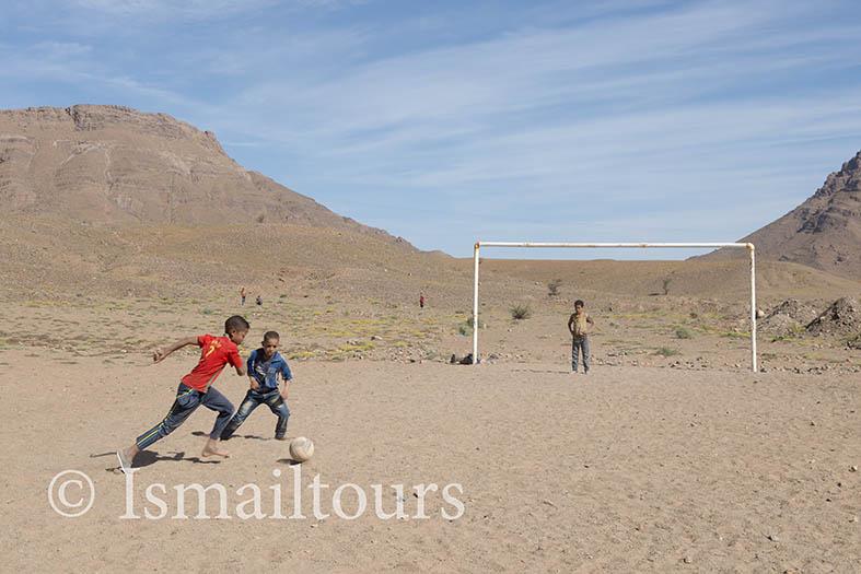 Marokko, Zagora,20150313. Jongens spelen voetbal op het platteland aan de rand van de sahara woestijn .Foto ; Sabine Joosten