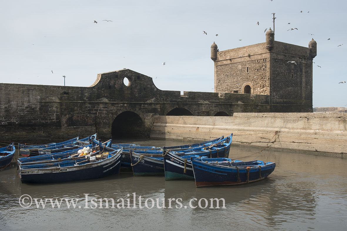 Marokko, Essaouira 20150304. Vissersboten liggen in een haventje stadsmuur. Fishing boats at a small harbour. .Naamsvermelding verplicht; Foto ; Sabine Joosten/Hollandse Hoogte