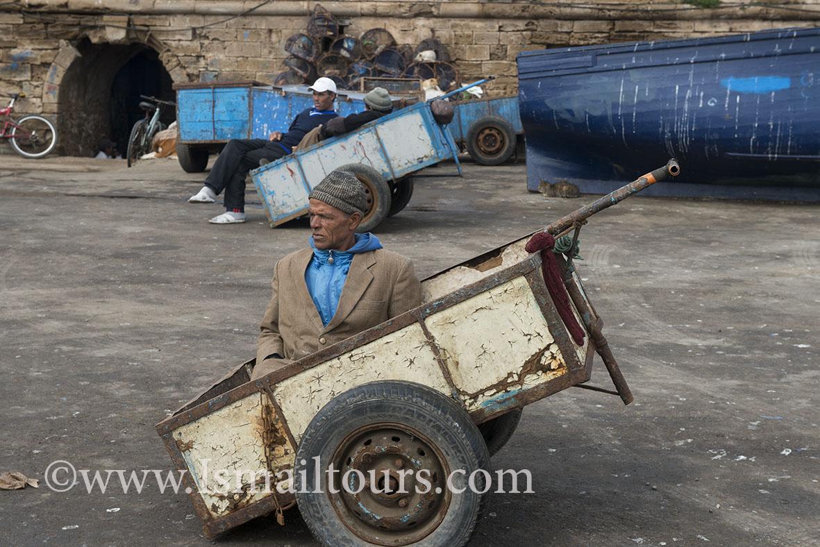Marokko, Essaouira 20150304. Dagelijks leven , straatbeeld van provinciestadje.Man zit in een handkar. Man is sitting in a small handcart . Daily life, streetscene.Naamsvermelding verplicht; Foto ; Sabine Joosten/Hollandse Hoogte