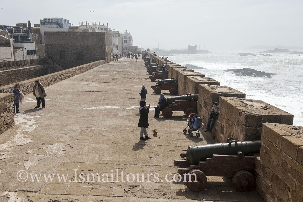 Marokko, Essaouira 20150304. Stadsmuur, wereld erfgoed lijst, kanonnen voor de verdediging staan gericht op de zee. Vededigingswerken. Canons at the citywall. Naamsvermelding verplicht; Foto ; Sabine Joosten/Hollandse Hoogte