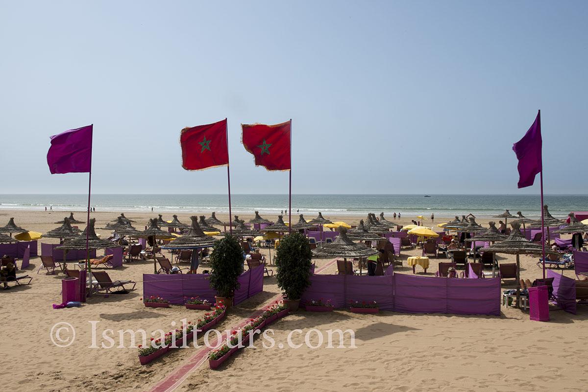 Marokko, Agadir, 20150306. Strandstoelen voor toeristen op het zandstrand. Vlaggen geven aan wie welk gedeelte exploiteerd. Beach with beachchairs and banners. Naamsvermelding verplicht; Foto ; Sabine Joosten/Hollandse Hoogte