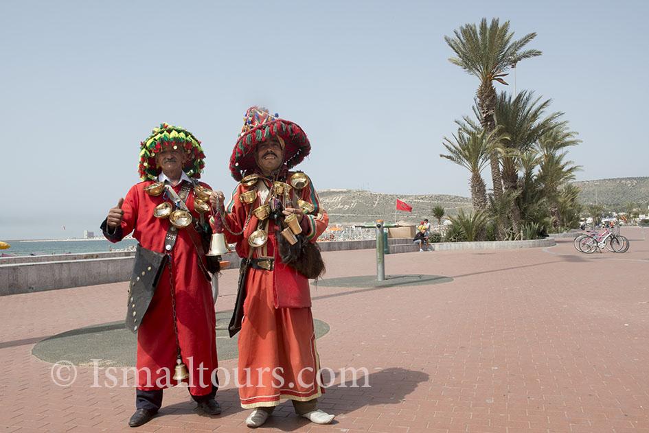 Marokko, Agadir, 20150306. Watermannen op de boulevard verdienen geld door hun voorkomen. Traditioneel in de islam om een ieder van water te voorzien. Watermen earning money. Naamsvermelding verplicht; Foto ; Sabine Joosten/Hollandse Hoogte