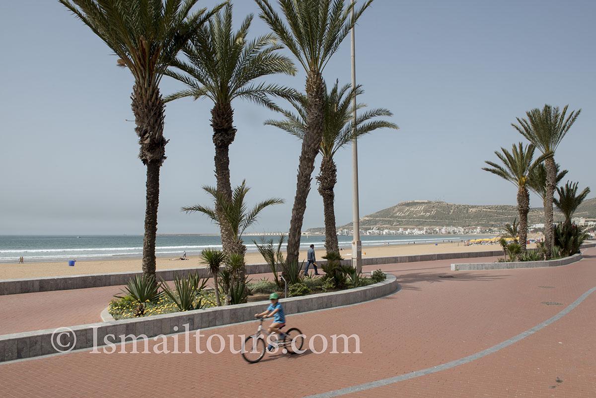 Marokko, Agadir, 20150306. Boulevard in het voorseizoen, voorjaar, palmbomen op de lege boulevard. Palmtrees near the seaside. Naamsvermelding verplicht; Foto ; Sabine Joosten/Hollandse Hoogte