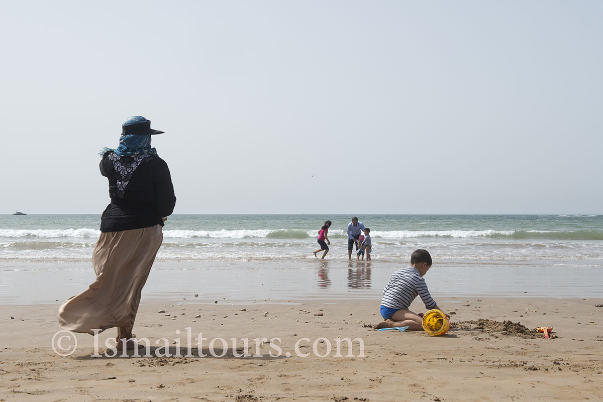 Marokko, Agadir, 20150306. Marokkaanse familie met kinderen spelen aan het strand. Maroccain family with children playing at the beach. Naamsvermelding verplicht; Foto ; Sabine Joosten/Hollandse Hoogte